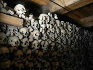 Czaszki w ossuarium w kaplicy w Leuk.