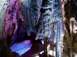 Kolorowo podświetlone Jaskinie Höllgrotten w Baar.