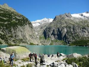 Turyści nad jeziorem Gelmer.
