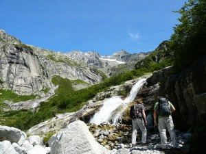 Wodospad i masyw górski okalający Jezioro Gelmer.