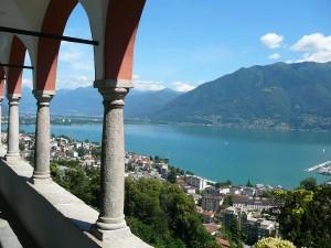 Widok na Jezioro Maggiore z Kościoła Madonna del Sasso w Locarno.
