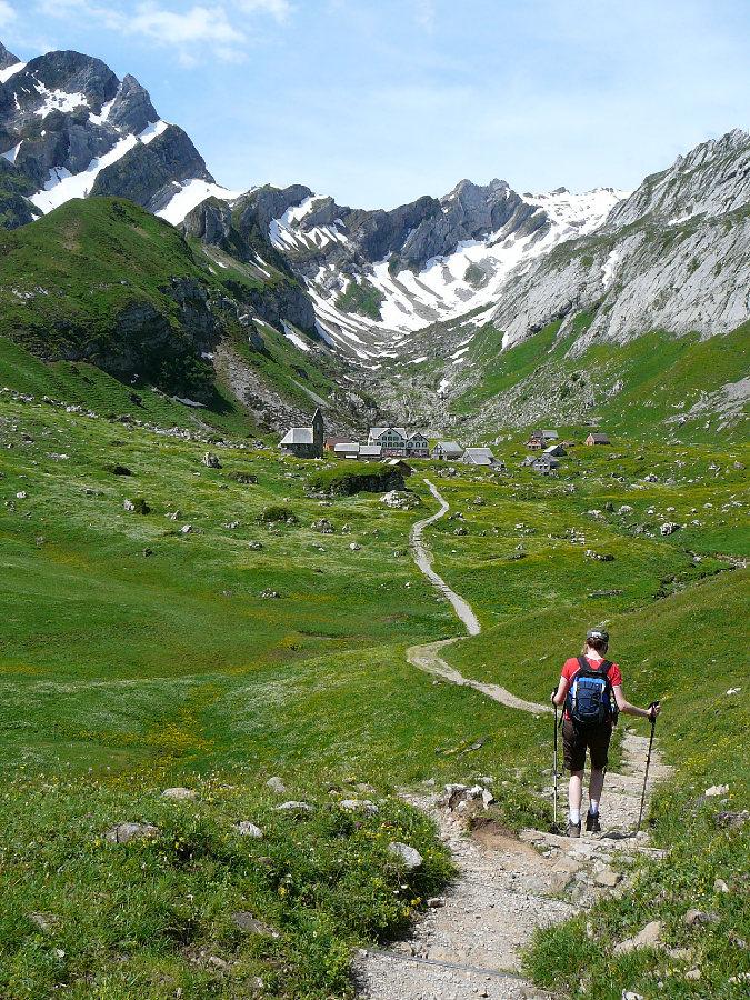 Turystka na szlaku do Meglisalp, Appenzell.