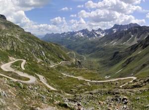 Przełęcz Nufenen, alpejskie serpentyny.