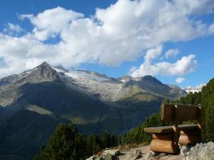 Szwajcarska drewniana ławka w punkcie widokowym w Riederalp.