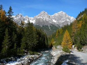 Widok z S-charl na masyw górski w Szwajcarskim Parku Narodowym w Gryzonii.