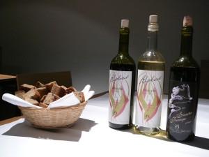 Szwajcarskie bio wina Alpbad i szwajcarski chleb.