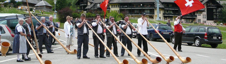 Grupa grająca na rogach alpejskich w Moléson, w Szwajcarii.