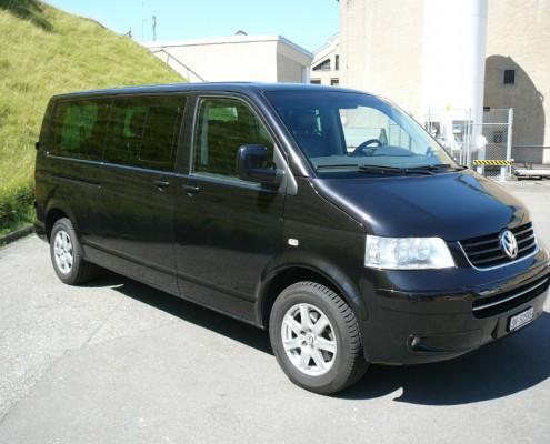 Bus VW T5 Caravelle wersja długa, przód, prawy profil.