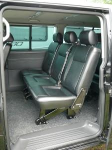 Bus VW T5 Caravelle wersja długa, skórzane siedzenia, drugi rząd.