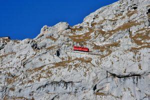 Czerwony wagonik kolejki zębatej na górze Pilatus.