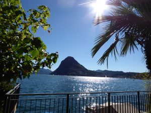 Widok z Lugano na jezioro i górę San Salvatore.