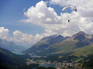 Dolina Górnej Engadyny z St. Moritz, jeziorami i paralotniarzem.