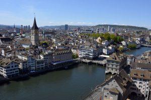 Panorama Zurychu, rzeka Limmat, ratusz i kościół St. Peter.
